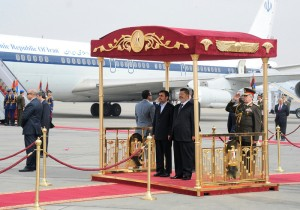Mahmoud Ahmadinejad greeted at the airport by Egyptian President Mohamed Morsi